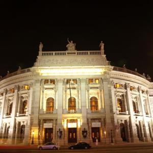 階段紀行・ヨーロッパ オーストリア編② ブルク劇場。クリムトの絵の下の重厚な階段、ベートーベンの歩いた石段