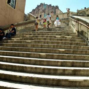 階段紀行・ヨーロッパ クロアチア編② ドブロヴニクの夜の階段は、神殿に通じる聖なる階段のように輝いていた