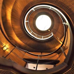 階段紀行・西日本 大阪編③ 異次元空間に引き込まれそうな、メカニカルな階段。その下には少女の彫像が・・。