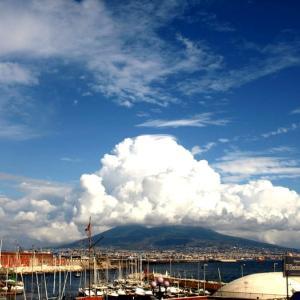 空を見上げる② 入道雲、雨雲、筋雲・・・。雲たちは世界の空で自由に作品を創り上げる
