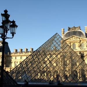 階段紀行・フランス パリ編① ルーブル美術館入口。宙に舞う新体操のリボンのような軽やかな階段。