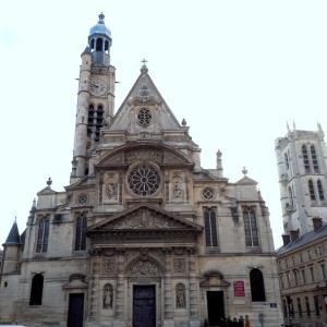 階段紀行・フランス パリ編⑤ デュモン教会の内陣と身廊を分ける階段には天女が舞っていた。