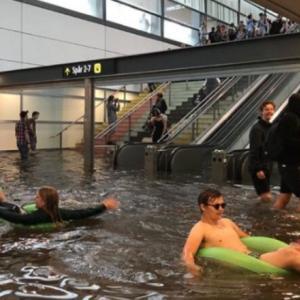 【画像】外人さん、台風で浸水した駅ではしゃぐw