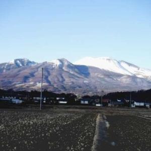 浅間山(中山道東側の佐久市平尾より)