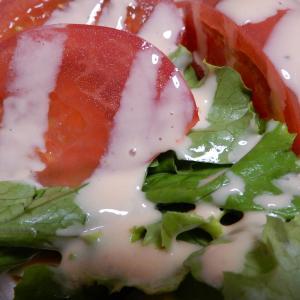 セイコーマートのトマトたっぷりサラダを食べる