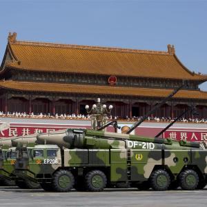 中国、南シナ海へ弾道ミサイル4発発射