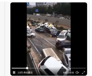 中国鄭州市、洪水でトンネルで大量の車が水没 死者多数か