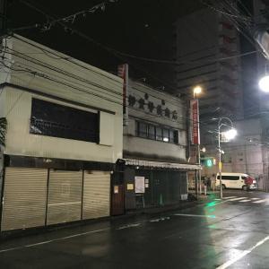 雨の八王子、夜の八王子、雨の夜の八王子。東京都八王子市寺町・三崎町の風景