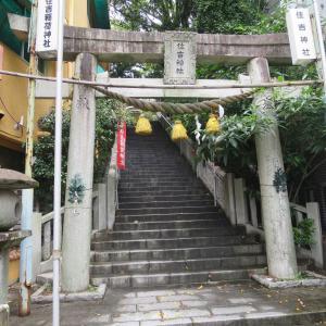 長崎市住吉町の住吉神社。原爆の爆風に耐えた鳥居、左足が欠けた狛犬