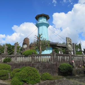 からゆきさん悲史を物語る島原市・台山天如塔(理性院大師堂)。からゆきさんの水色の塔