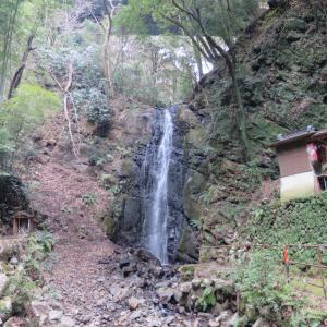 夏目漱石「明暗」ゆかりの滝・不動滝 - バスに乗り湯河原の不動滝へ