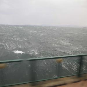 年末年始の長崎旅行。佐世保駅前行きのバスの車窓から見た大村湾!珍しく荒れる琴の海