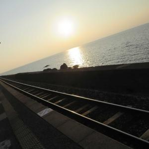 日本一海に近い駅・JR大村線千綿駅の夕陽が真オレンジ!