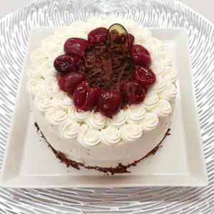 外観は白い、黒い森ケーキ