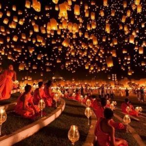 【チェンマイのイーペン祭り】コムローイが夜空を覆う満月の夜