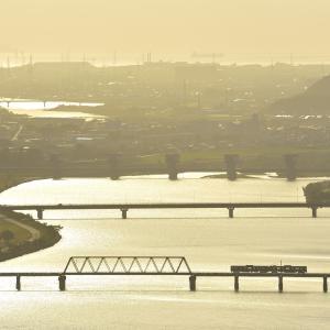 加古川線のシルエットに浮かぶ加古川橋梁を行く103系他(厄神~市場)