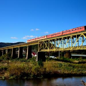磐越西線の秋の一ノ戸川橋梁を行くキハ47+48「磐越西線紅葉満喫号」(喜多方~山都)