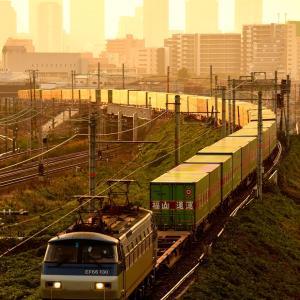 東海道本線の大阪の夜明けを通過するEF66牽引の福山通運エキスプレス55レ(塚本信~尼崎)