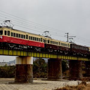 琴平電鉄の土器川橋梁を進む琴平電鉄レトロ電車(榎井~羽間)
