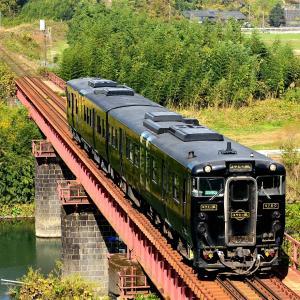 肥薩線の秋の川内川橋梁を行くキハ147「はやとの風」(粟野~吉松)