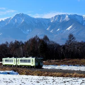 小海線の八ヶ岳をバックに野辺山高原の雪景色を行くキハ110系(野辺山~信濃川上)