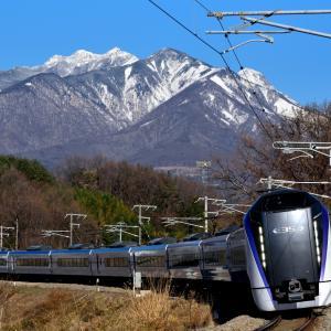 中央東線の冬晴れの八ヶ岳の麓を行くE353系他(長坂~小淵沢)