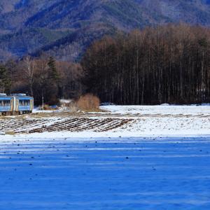 小海線の雪の野辺山高原を軽快に行くキハE200系(野辺山~信濃川上)