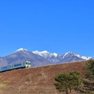 小海線の青空に浮かぶ八ヶ岳の山麓を行くキハ110系(小淵沢~甲斐小泉)