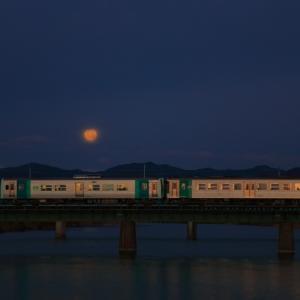 高徳線の夜明けの沈む月をバックに旧吉野川橋梁を行く1200系+1500系他(池谷~勝端)