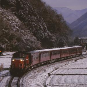 播但線の雪の朝を行く懐かしのDD51牽引のレッドトレイン(福崎~甘地)