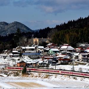 伯備線の雪晴れの里山を行く381系特急「やくも」(下石見信~上石見)