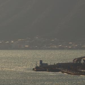山陽本線を瀬戸内海をバックに行くEF65-1135牽引の「サロンカーなにわ」(糸崎~尾道)