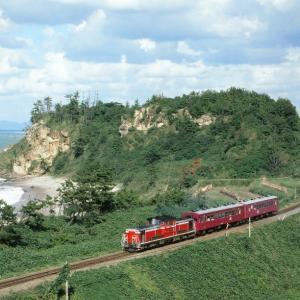 山陰本線の白波立つ日本海をバックに行く懐かしのDD51牽引のレッドトレイン50系客車他(五十猛~仁万)