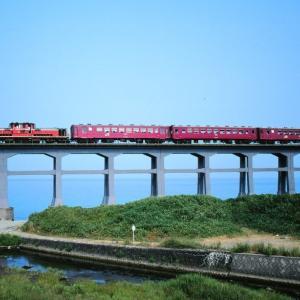 山陰本線の惣郷川橋梁を行く懐かしのDD51牽引客車列車(宇田郷~須佐間)