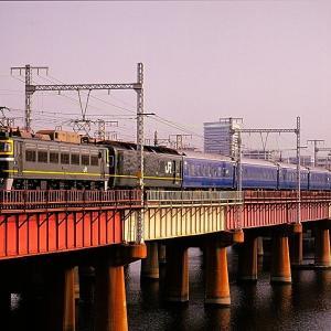 東海道本線の上淀橋梁を行く懐かしのEF81牽引の寝台特急「つるぎ」とEF65牽引の寝台急行「銀河」(新大阪~大阪間)