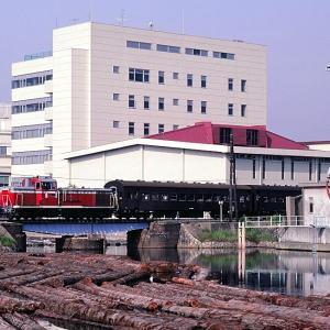 和田岬線の神戸の兵庫運河を通過する懐かしのDE10牽引のトンボ列車(兵庫~和田岬線)
