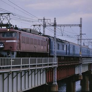 東海道本線の上淀の橋梁を行く懐かしのEF81牽引の寝台特急「日本海」とEF65牽引の「あすか」(新大阪~大阪間)