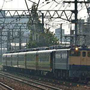 東海道本線の早朝の通勤時間帯を下るEF65-1128号機牽引の「サロンカーなにわ」(立花~尼崎)