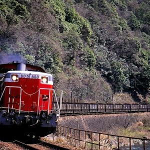 美祢線を行く懐かしのDD51牽引の石灰石輸送列車(厚保~四郎ヶ原)