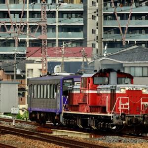 東海道本線の塚本駅を通過するDD51-1193号機牽引のキハ120配給列車他(塚本駅)