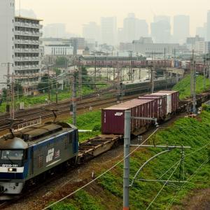 東海道本線の早朝の加島陸橋を通過するコンテナ貨物1053レ、67レ、5067レの編成長比べ(塚本信~尼崎)