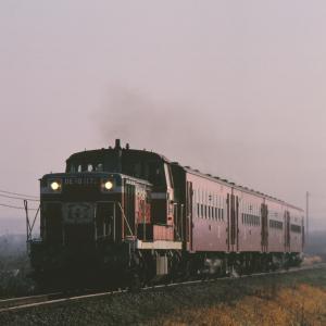 久大本線の朝霧の中を行くDE10牽引のレッドトレイン50系客車他(田主丸~筑前草野