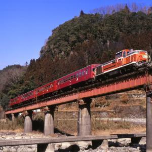 久大本線の玖珠川の渓谷を行く懐かしのDE10牽引のレッドトレイン50系客車(天ケ瀬~豊後中川~豊後三芳)