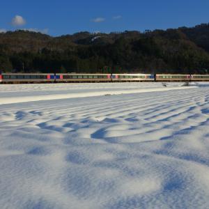因美線の雪景色に輝く光線の中を行くHOT7000系特急「スーパはくと」他(国英~河原)