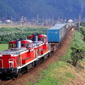 高山本線の夏の朝を行く懐かしのDE10重連牽引のコンテナ貨物とキハ85系「ワイドビューひだ号」(速星~西富山)