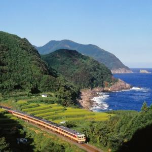 紀勢本線の熊野灘バックの名勝を行くキハ82系特急「南紀号」とキハ58系ローカル列車(波多須~新鹿)
