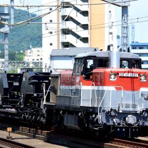 東海道本線の昼下がりの六甲道駅を通過するDE10-1561号機牽引のシキ801回送他(六甲道駅)