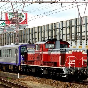 東海道本線の塚本駅を通過するDD51-1192号機牽引のキハ120配給列車他(塚本駅)