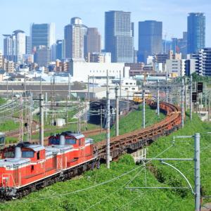 東海道本線の加島陸橋の草生した夏の線路を行くDD51重連牽引のロンチキ他(塚本信~尼崎)