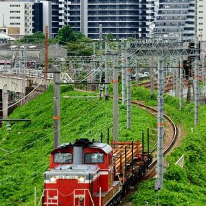 東海道本線の加島陸橋を通過するDD51-1191号機牽引の短チキと単機回送(塚本信~尼崎)